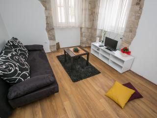 Romantic 1 bedroom Condo in Kaštel Novi with Internet Access - Kaštel Novi vacation rentals
