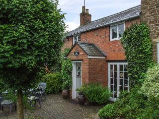 ORCHARD COTTAGE, 17th century, open fire, enclosed garden, in Hook Norton, Ref 22289 - Hook Norton vacation rentals