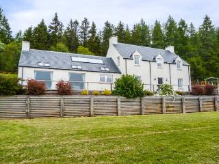 MID DALNACLACH, woodburning stove and open fire, lawned garden and children's play area, Tain, Ref 931868 - Tain vacation rentals