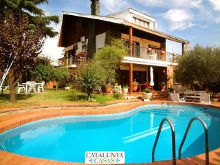 Majestic Villa Barbara, just 15km from Barcelona and 200m from the metro! - Barbera del Valles vacation rentals