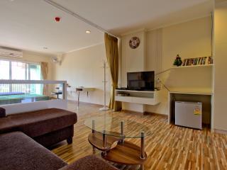 Superb condo downtown Hua Hin -412- 5 stars amenities. - Hua Hin vacation rentals