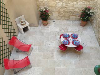 Très jolie maison centre avec cour et terrasse 4p - Tarascon vacation rentals