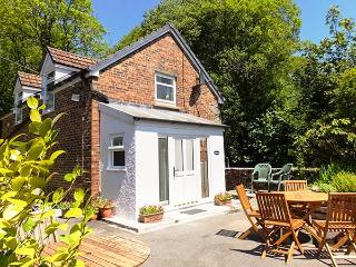 KINGFISHER, pet-friendly riverside cottage, WiFi, woodland walk, Blaenwaun Ref 930698 - Blaenwaun vacation rentals