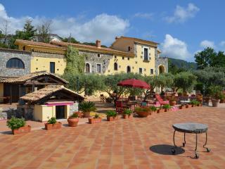 Bel monolocale per 3/4 persone in un Casale del700 - Fiumefreddo Bruzio vacation rentals