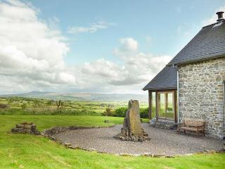 YSGUBOR Y BARCUD barn conversion, en-suites, open fire, enclosed garden, WiFi, Llandeilo Ref 938962 - Llandeilo vacation rentals