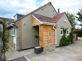 THE LITTLE HOUSE semi-detached, en-suite, woodburning stove, village location, WiFi, Sturminster Newton Ref 927329 - Sturminster Newton vacation rentals