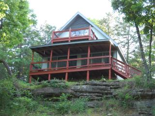 Hooked Lake Cabin|Lakefront|Outdoor Wonderland|Festivals Nearby - Eagle Rock vacation rentals