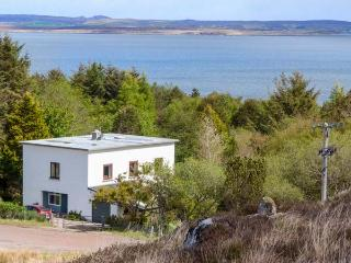 THE WHITEHOUSE superior detached cottage, en-suite, open plan, close to coast, gardens, Poolewe Ref 937102 - Poolewe vacation rentals