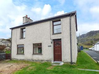 BRYN ALUN, character features, open fire, enclosed garden, walks from the door - Tanygrisiau vacation rentals