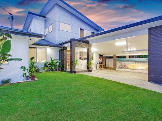 Spacious House in Burleigh Waters with A/C, sleeps 10 - Burleigh Waters vacation rentals