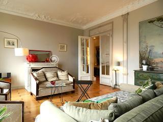 EXTRAVAGANT 4BR/3BA APT~BALCONY~SLEEPS 10~16TH arr - Paris vacation rentals