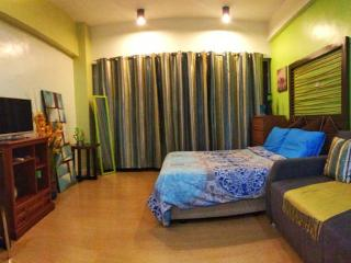 Spacious Room, 2 min Greenbelt, Balcony - Makati vacation rentals
