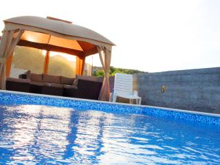 Amazing one bedroom Olive apartment with pool - Marina vacation rentals