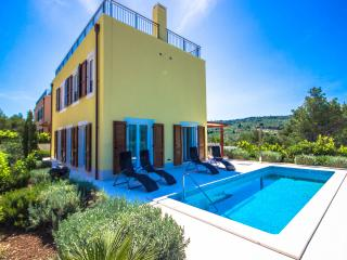 Nice 3 bedroom Splitska Villa with Internet Access - Splitska vacation rentals