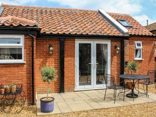 JACK'S CORNER, studio accommodation, ground floor, off road parking, patio, WiFi, Roydon near King's Lynn, Ref 923537 - King's Lynn vacation rentals