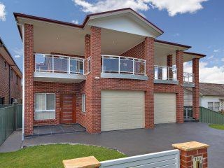HOMELEA VILLAS - SYDNEY  5BDRMS - IDEAL FOR GROUPS - Panania vacation rentals