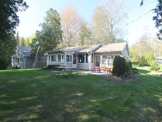 Nice Cottage with Deck and DVD Player in Point Clark - Point Clark vacation rentals