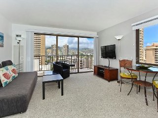 Corner unit with mountain view, full kitchen, AC, and free WiFi and parking! - Waikiki vacation rentals