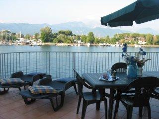 Romantico appartamento con terrazza sul fiume - Bocca di Magra vacation rentals