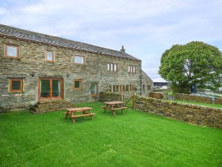 UPPER PEAKS BARNS, woodburning stove, pet-friendly, lawned garden, Meltham, Ref - Meltham vacation rentals