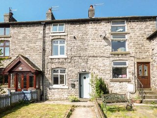 BLUEBELL COTTAGE, terrace, pet-friendly, private enclosed garden, WiFi, in Tideswell, Ref 933248 - Tideswell vacation rentals