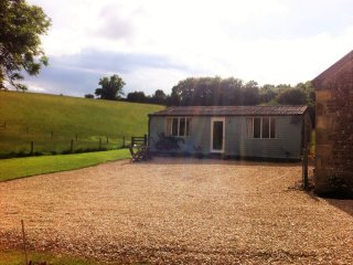 Perfect Bungalow with Housekeeping Included and Television - Naunton vacation rentals