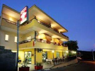 immobile di nuova costruzione adibita a camere ris - Savoca vacation rentals