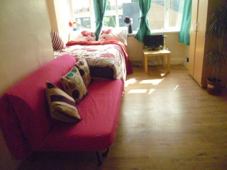 LONDON CHALFORD 2 BED FLAT. SLEEPS, 2-10. - London vacation rentals
