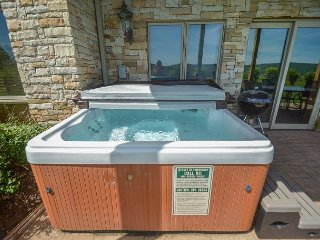 Appealing 3 bedroom townhome w/ hot tub offers stunning views! - McHenry vacation rentals