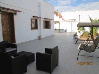 Confortevole abitazione con ampi spazi e garage - San Simone vacation rentals