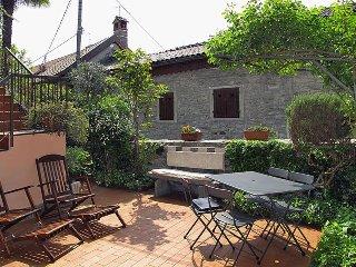 Cozy 2 bedroom Arizzano House with Balcony - Arizzano vacation rentals
