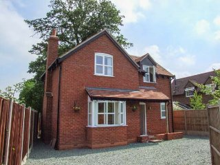 POPPY COTTAGE, quality detached cottage with hot tub, WiFi, woodburner, garden, Upton upon Severn Ref 936564 - Upton upon Severn vacation rentals
