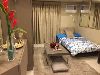 Lovely Room, Wifi, 10 minutes Greenbelt - Makati vacation rentals