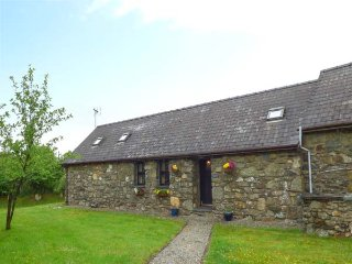 FOXGLOVE, stone barn conversion, ground floor, en-suite, walks from the door, near Newport, Ref 26360 - Pontfaen vacation rentals