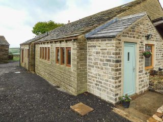 UPPER PEAKS BARNS, woodburning stove, pet-friendly, lawned garden, Meltham, Ref 921077 - Meltham vacation rentals