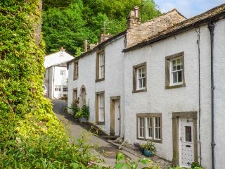 IVY COTTAGE, Grade ll listed, wood-fired hot tub, pet-friendly, WiFi, in Settle Ref 930910 - Settle vacation rentals