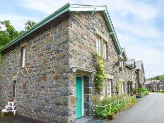3 GLANRAFON, end-terrace, large garden, woodburner, in Llanwddyn, Ref 938326 - Llanwddyn vacation rentals