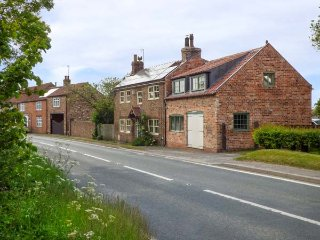 THE THANKFUL FORGE, former blacksmith's cottage, woodburning stove - Hornsea vacation rentals