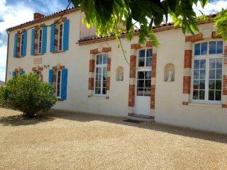 gîte de groupe piscine privée et chauffée - Saint-Mathurin vacation rentals