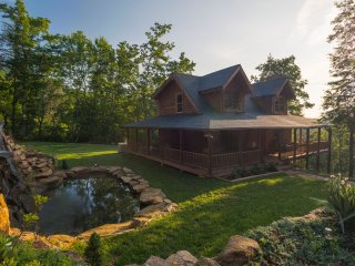 A Touch of Luxury Cabin - 16 miles from TIEC - Mill Spring vacation rentals