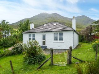 13 SCONSER, private garden, WiFi, pet-friendly, close to coast, nr Portree, Ref 934480 - Portree vacation rentals