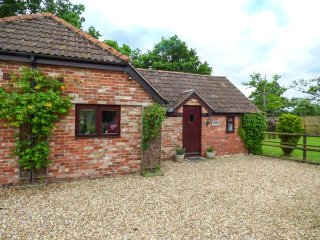 2 STABLE COTTAGES, all ground floor, private decked patio, rural location, Trowbridge, Ref 939355 - Trowbridge vacation rentals