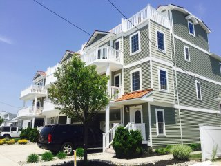 8/27-9/6: $2500 Beachblock Sleeps 9-11 pool 2 park - North Wildwood vacation rentals