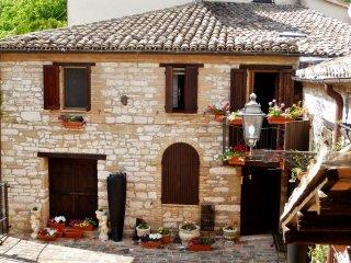 Cozy 2 bedroom Serrapetrona House with Dishwasher - Serrapetrona vacation rentals
