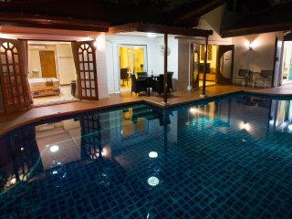 Bright 4 bedroom Pattaya Villa with Deck - Pattaya vacation rentals