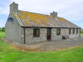 ROEGNSTER, pet-friendly, enclosed garden, far-reaching views, Thurso, Ref 937927 - Thurso vacation rentals
