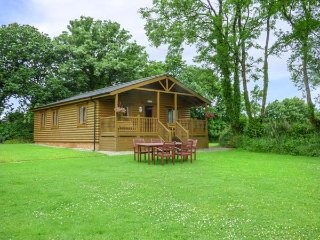 TARKA'S HOLT LOG CABIN, all ground floor, shared use of pool, WiFi, in Great Torrington, Ref 939298 - Great Torrington vacation rentals