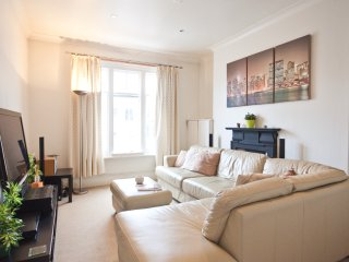 Superior 3BR Chelsea Apt, 3 minutes to tube - London vacation rentals