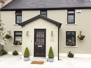 NONO'S COTTAGE, semi-detached, two en-suite bedrooms, solid fuel stove, pet-friendly, patio, nr Rathmore, Ref 934470 - Rathmore vacation rentals