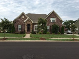 Lovely Brick 1/1/2 story nice private yard - Murfreesboro vacation rentals